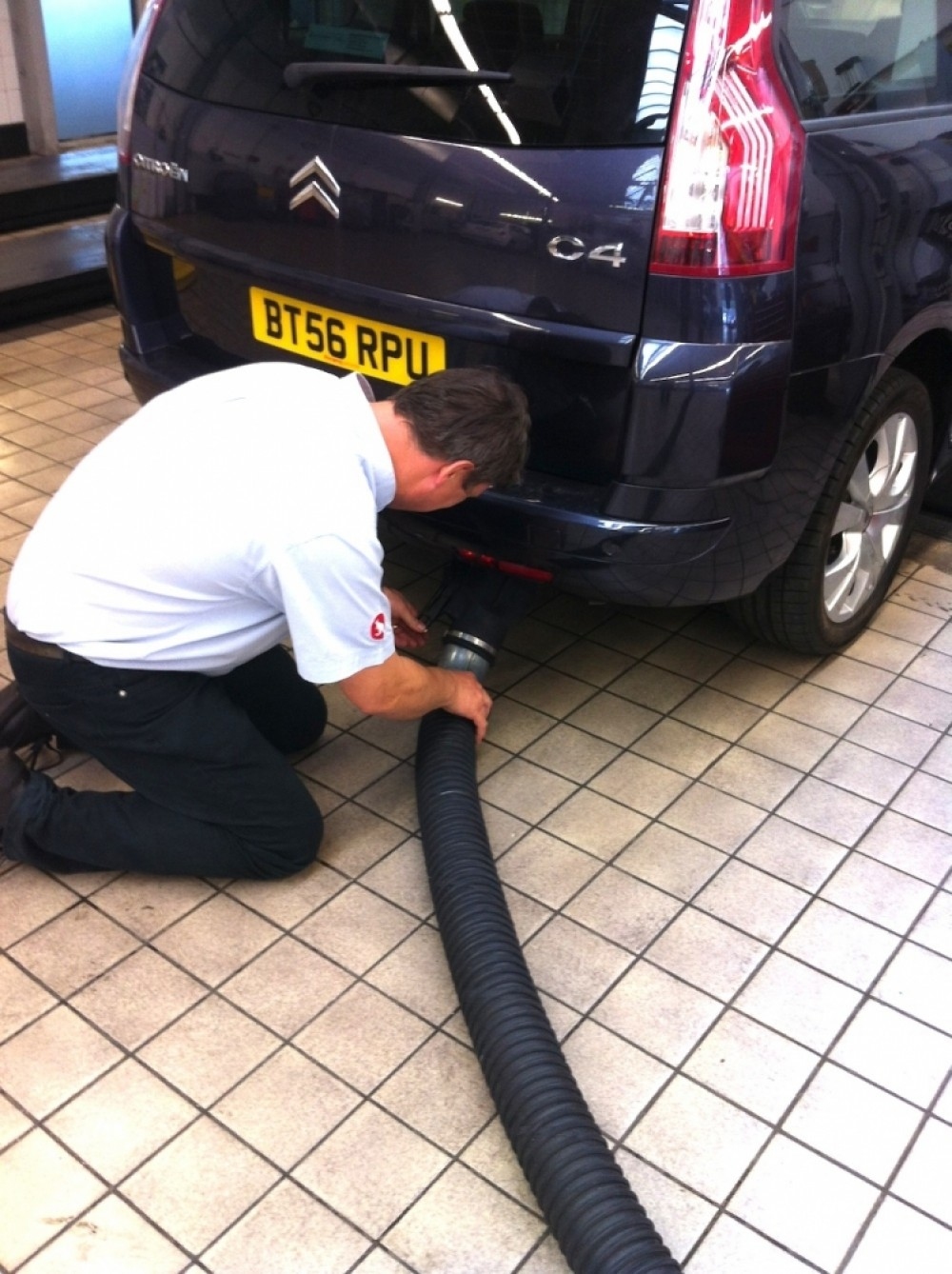 exhaust-extraction-attaching-hose-
